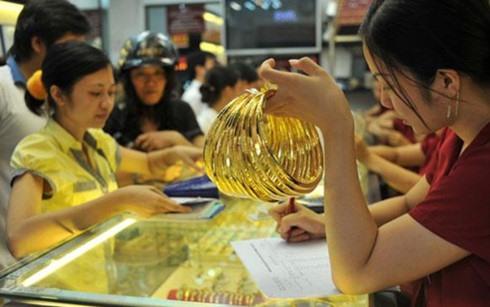 Investors change tack, remain indifferent as gold slides