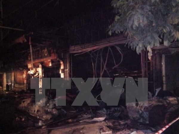 Fire destroys furniture shop, damages 4 houses