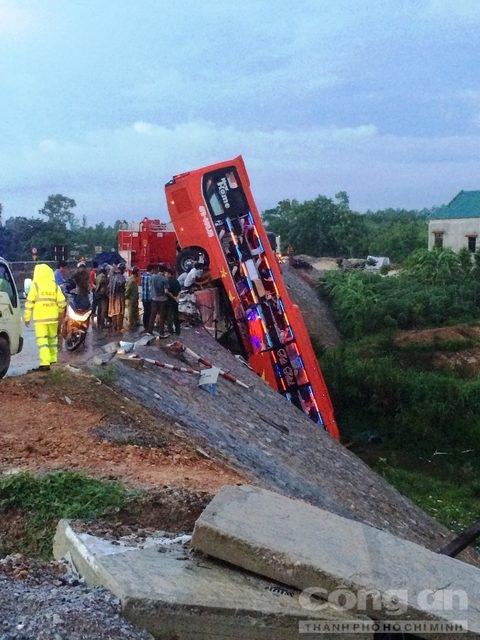Bus crashes on Quảng Bình bridge