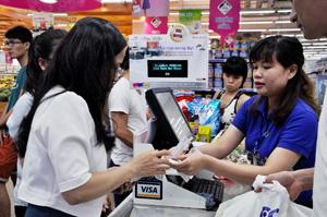 Người tiêu dùng đi Co.opmart mua càng nhiều càng có lợi