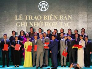 Đại Học Anh Quốc Việt Nam Nhận Cờ Thi Đua Của Uỷ Ban Nhân Dân Thành Phố Hà Nội