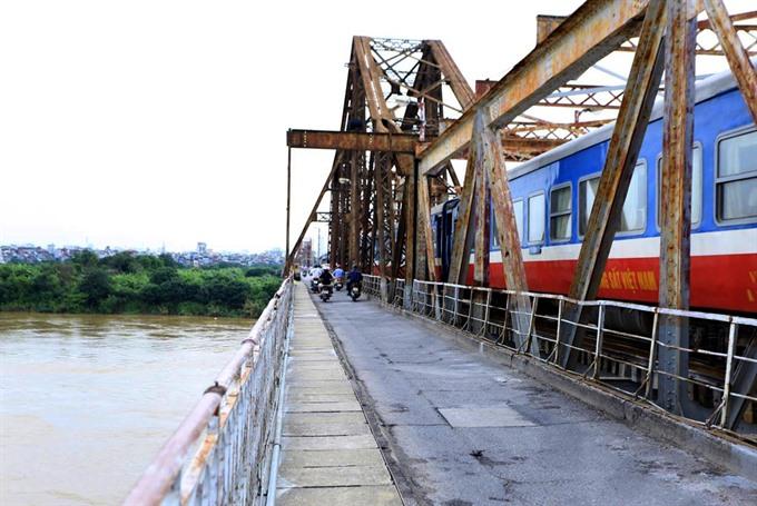 Railways lag behind in VN