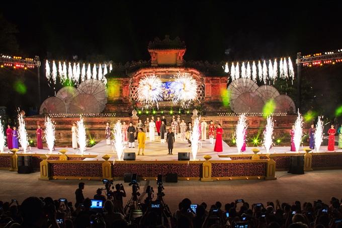 Áo dài show delights Huế Festival audiences