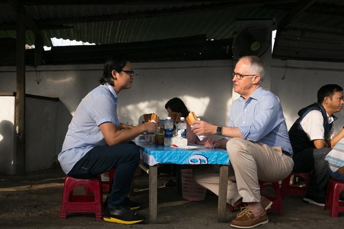 Australian Prime Minister enjoys his first 'Bánh mì in Đà Nẵng