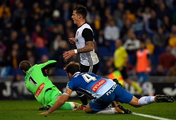Record-breaking Valencia maintain Barca chase