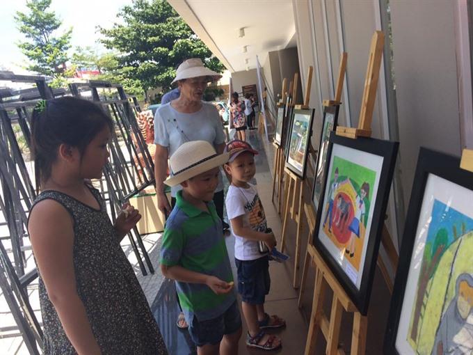 Kids paint colourful endangered langurs in Đà Nẵng