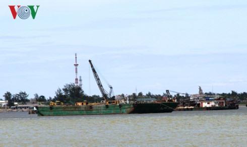 Cửa Việt firm gets brief sand mining ban
