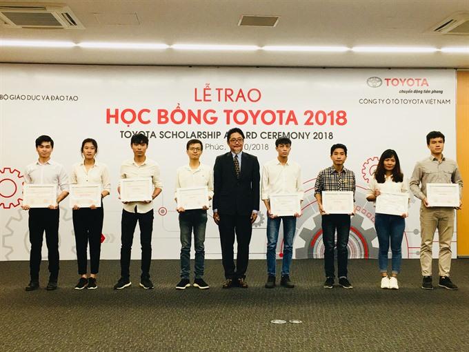 Toyota grants VNĐ690 million to excellent students