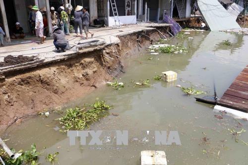 Cần Thơ riverbank landslide destroys five houses