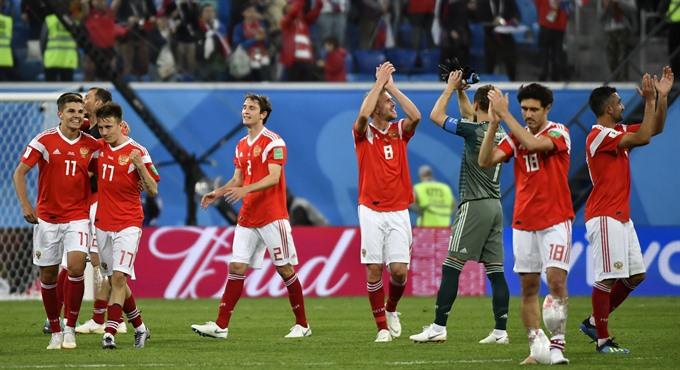 Hosts Russia continue goal spree despite return of Egypts Salah