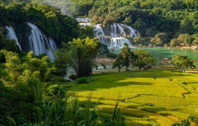 Photobook highlights beauty of Việt Nam