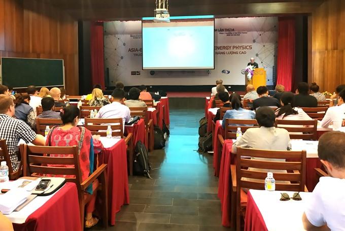 International physics class starts in Bình Định