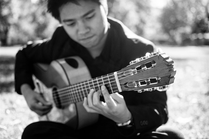 Solo guitarist highlights modern pieces