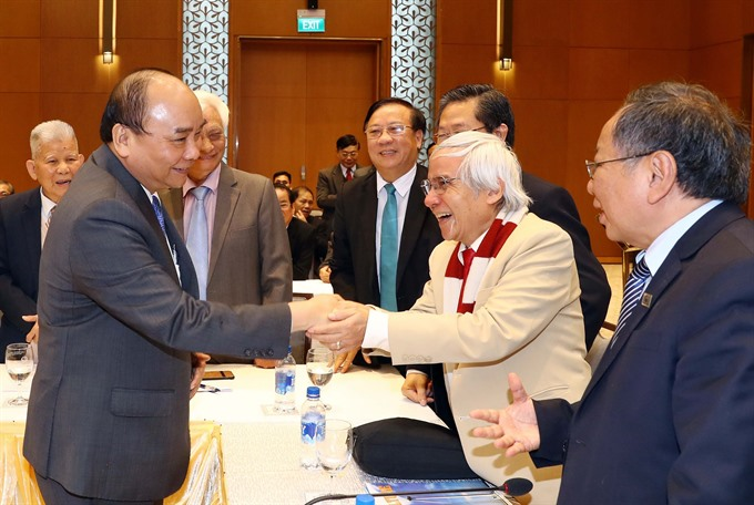 PM meets with outstanding intellectuals scientists