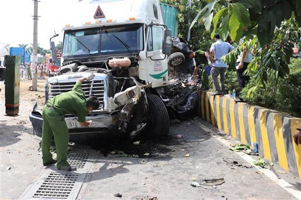 Serious collision between truck and car five dead