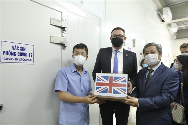 UK Government presents Việt Nam with 415000 doses of COVID-19 vaccine