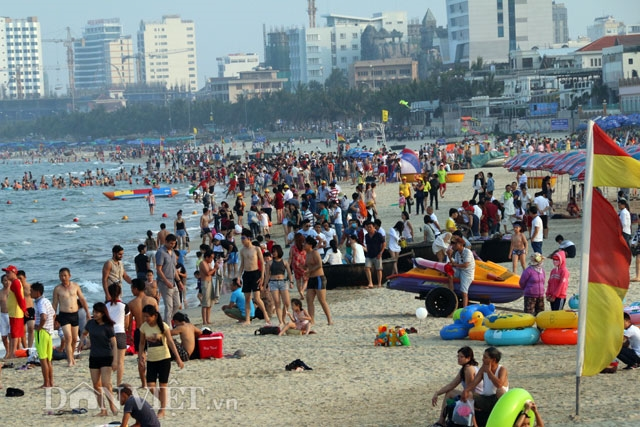 Visitors flock to beaches islands in central VN
