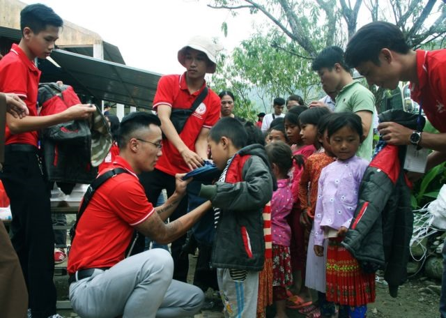 Mông children in poor uplands come to like studies