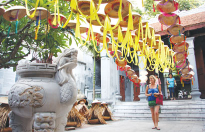 Tourists marvel at crafts displays