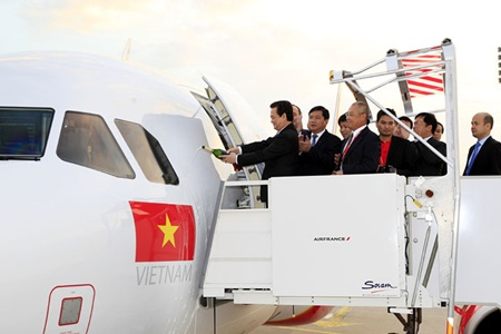 The Vietjet Aviation Joint Stock Company (VietJet Air) on September 26 received an A320 Sharklet in Paris, the first in a series of aircraft the airline has ordered from Airbus. The hand-over ceremony saw the presence of Prime Minister Nguyen Tan Dung on the occasion of his official visit to France.