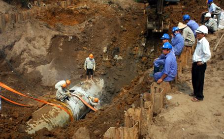 Broken water pipe affects Ha Noi households