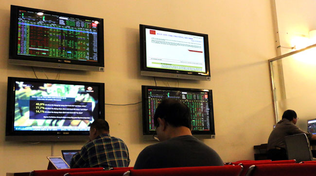 VN shares lower on oil prices weigh