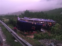 Two people killed 14 injured in bus accident in Quảng Nam