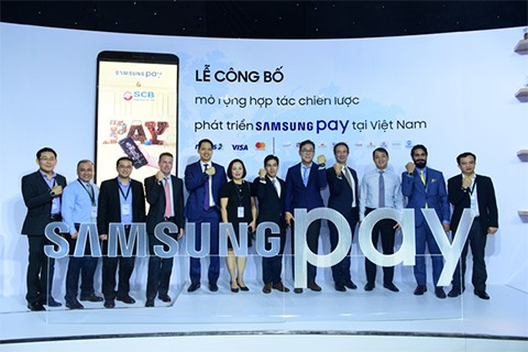 Kim Choel Gi, CEO of Samsung Vina, together with representatives from 15 banks, in the event marking the expansion of the partnership network of  Samsung Pay in Việt Nam on May 26