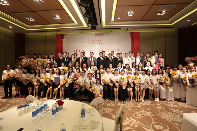 Lotte awards scholarships to HCM City university students