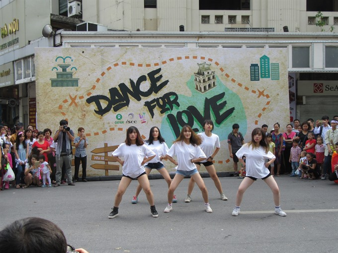 Hà Nộis youth dance for feminine love