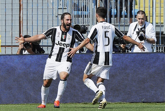 Napoli Lose Unbeaten Record Higuain Gets Brace For Juventus