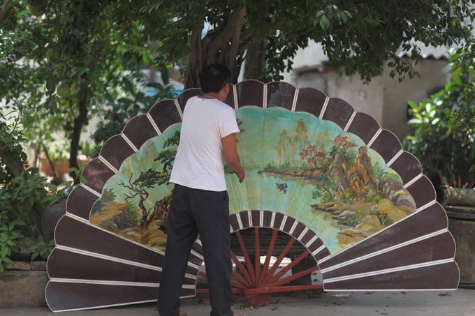Traditional fans blow prosperity to Chàng Sơn Village