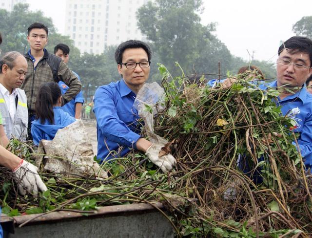 Deputy PM Đam participates in environmental cleanup
