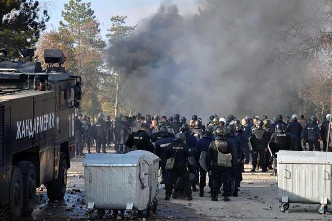 Migrants police clash in Bulgaria refugee camp