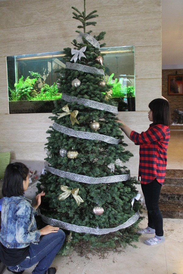 Locals open wallet for Christmas