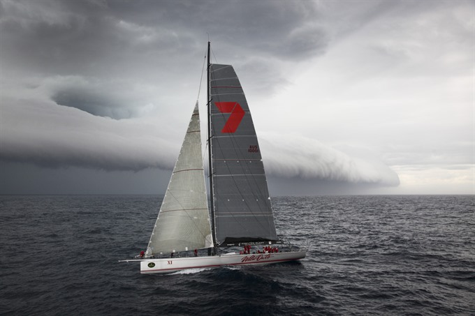 Supermaxis eye race record as Sydney to Hobart speeds off