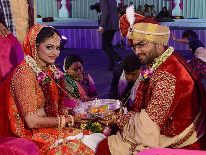 Indian tycoon throws mass wedding for fatherless brides