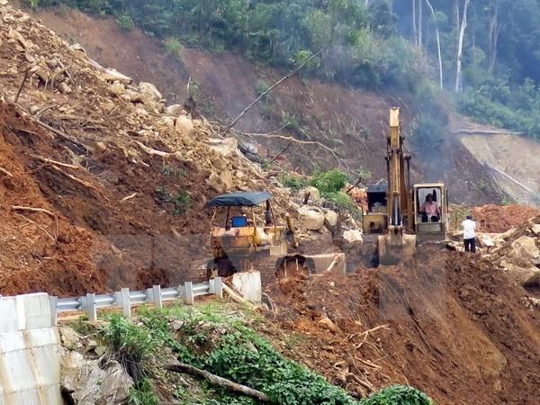 Landslides paralyse route in Kon Tum