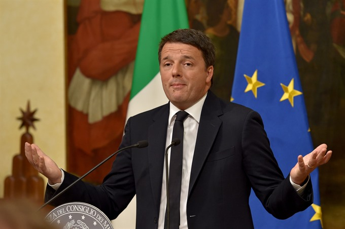 Italys Renzi resigns hints at early election