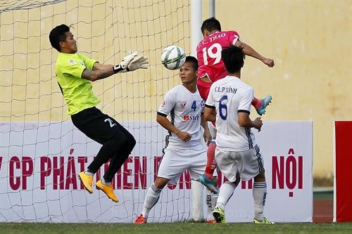 Hà Nội score big win in fourth round