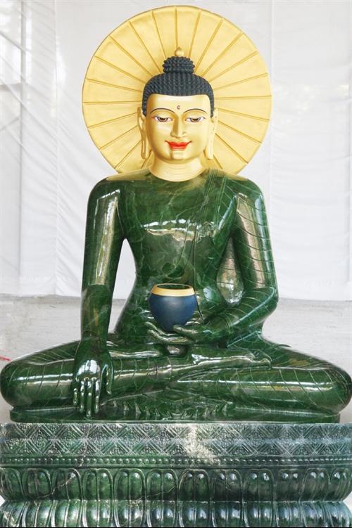 Quảng Bình welcomes massive jade Buddha