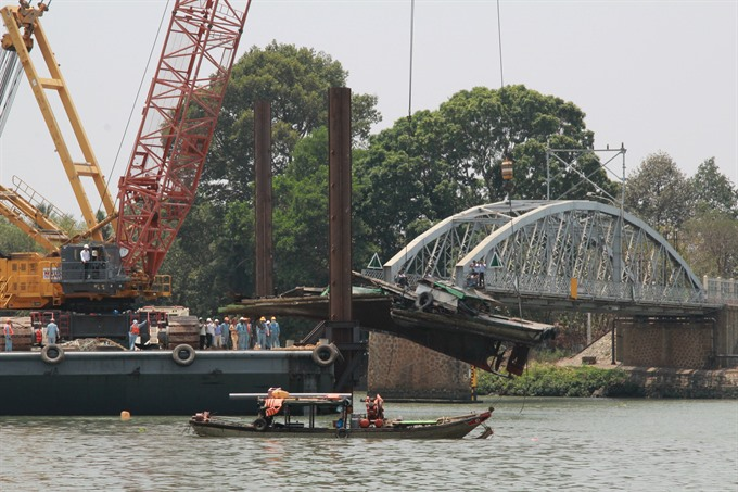 Transport costs soar after Đồng Nai bridge collapse