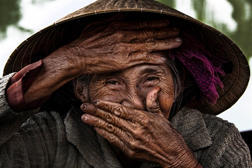 French photographer donates iconic photo of smiling old Vietnamese woman to museum
