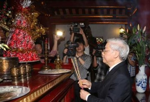 Party chief offers incense to commemorate Hùng Kings