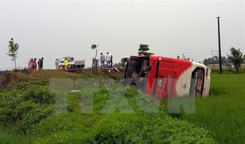 Coach crash kills one child 10 injured