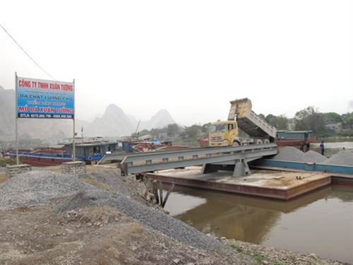 Illegal ports on Đáy River worry locals