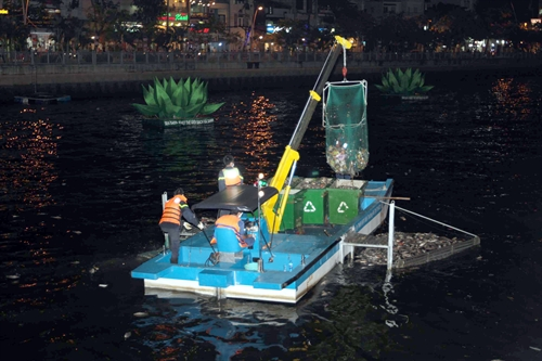 City removes tonnes of dead fish from canal