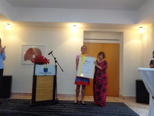 Vietnamese woman receive Midwives4all Award