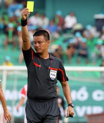 Injured referee Vinh says goodbye to V.League