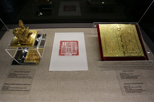 Huế displays royal golden books